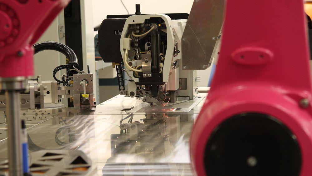 Sømroboten har kapasitet til å sy rundt 2000 deler om dagen, ifølge Ekornes.
