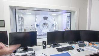 Bilder fra MR-maskinen vises på skjermene i kontrollrommet. I fremtiden kan resultater fra diagnosestøttesystemet vises her.
