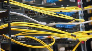 Mange titalls fiberkabler er koblet til Cisco Catalyst-svitsjen som i dag utgjør samtrafikkpunktet NIX1.