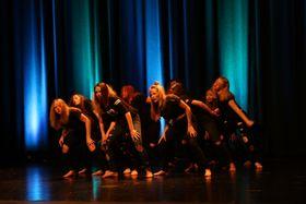 NESTE SKULEÅR: Desse ungdomsskuleelevane har fått instruktøropplæring hjå «Dans utan grenser» dette halvåret. Neste haust er det deisom skal vera instruktørar og koreografar for heile Årdal danseverkstad.