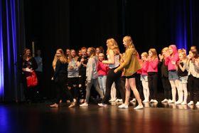 VEL FORTENT FAGNING: Instruktørane og koreografane fekk ikkje berre applaus frå publikum då dei fekk kvar si gåve etter førestillinga. Også dei andre danseverkstadelevane jubla entusiastisk.