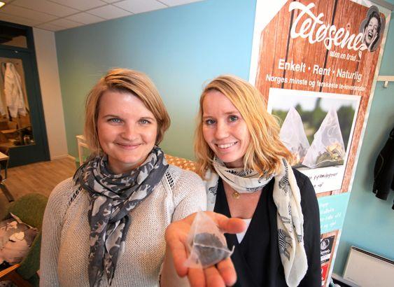TETØSER: Kathrine Eriksen og Hilde Mariann Hansen kommer med te og kaffe.