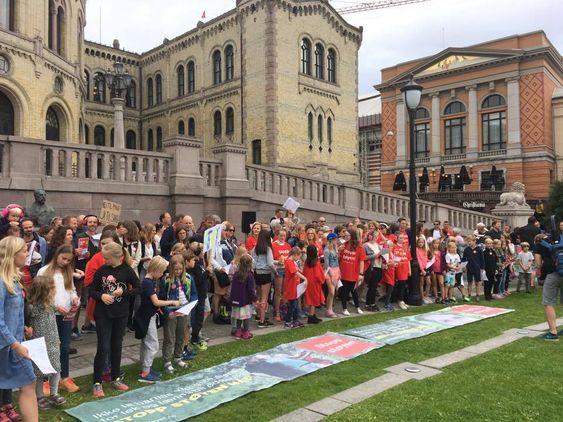 FORAN STORTINGET: Stopp Støyen med barn og andre markerte sin misnøye mot støyen foran selveste Stortinget også!