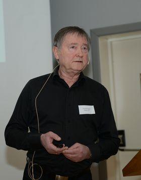 Arnold Sagen, som er en av treindustriens mest erfarne personer knyttet til industrielt trebyggeri, presenterte spikerplatebaserte løsninger og konsepter på Treindustriens Tekniske Forenings julemøte.