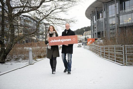 MANGE SEERE: Produsent for Juleaksjonen, Ingar Kristiansen, og prosjektleder i Røde Kors, Nina Elisabeth Larsen, håper mange i kommunen benker seg foran TVen lørdag kveld.