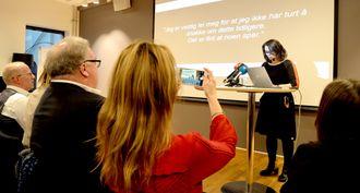 Kulturminister Linda Helleland tar bilde når assisterende generalsekretær Reidun Nybø i Norsk Redaktørforening snakker.