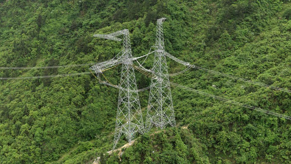 To ledere: Med likestrøm i stedet for vekselstrøm slipper man unna overføringer med to i stedet fra tre ledere. Det er vesentlig billigere og beheftet med mindre problemer med effekter fra vekselstrømmen. Her er et bilde fra en 800 kV DC linje i Kina. Den nye blir på 1 000 kV