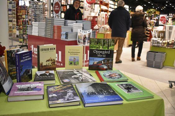 BOKBAD: På dette bordet ligger alt mellom bøkenes himmel og jord: barnebøker, historiske bøker, humoristiske bøker, og refleksjoner. Kanskje en idé til de som er i siste liten med julegavene? PS! I dag, torsdag 21. desember, sitter Sigmund Falch og signerer sin bok her!