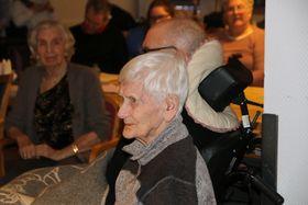 LYDHØYRE: Publikum høyrte godt etter mellom anna her då Beatrice Juskaite spela og song «Lang desembernatt» på nynorsk.