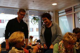 HJELPTE OGSÅ TIL: Norsklærar Marit Bukve hjelpte stundom også til når kursdeltakarane stod fast. Men i hovudsak var ho med for å observera kor flinke elevane hennar var i rollene som rettleiarar.