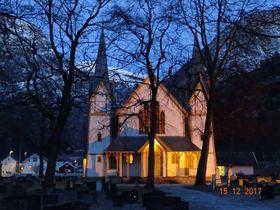 FIN STEMNING ALT FØR PUBLIKUM KOM INN: Det var fin adventsstemning både i og omkring Hauge kyrkje fredags kveld.