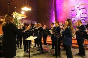 SAMSTEMT GJENG: Sigyn Øren frå kulturskulen dirigerer skulemusikken under julekonseten i Farnes kyrkje. Lisa Horpen er bak litt til venstre på biletetet, medan Odd Harald Larsen er bortgøymd.