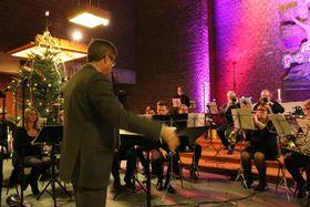 JANITSJARORKESTERET: Helge Øren dirigerer. Denne gongen er det Odd Harald Larsen som synest litt bak til venstre, medan Lisa Horpen er bortgøymd på biletet.