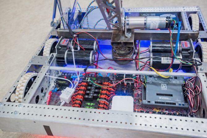 Mye elektronikk: Roboten styres trådløst og har en egen ruter (den hvite boksen midt i bildet).