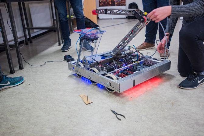 Bygger alt selv: Hele roboten er satt sammen av ungdommene. Fortsatt gjenstår en del justeringer.