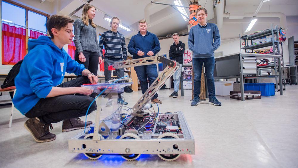 Teknologifrelste: Stian Nakken, Signe Kjøpsnes, Simen Sørebø, Even Veie, Knut Steffenrem og Marius Brekken fascineres av koding, elektronikk og mekanikk. Her med roboten som de øver seg med i forkant av konkurransen i Tyrkia.