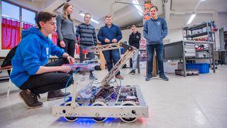 Vennegjeng bygger robot selv: - Skolen gir deg ikke alltid nok utfordringer