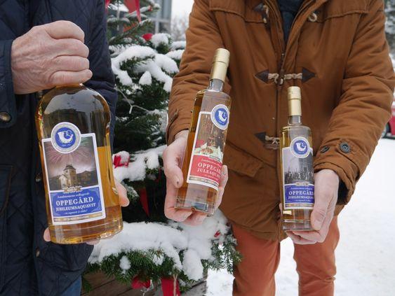 TO VARIANTER: Her ser du den vanlige jubileumsakevitten og juleakevitten, samt den nå utsolgte magnum-flasken!