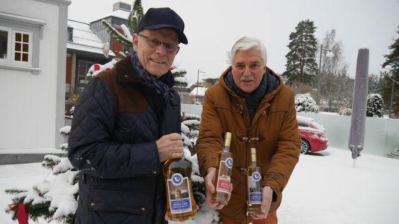 GLEDER SEG: TOrleif Bjøntegaard (t.v.) og Leif Wien Jensen i Landstormen gleder seg over at lokal-akevitten nok en gang har blitt nærmest revet ut av hyllene. Skal du ha tak i den, må du være raskt ute!