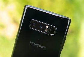 I Galaxy Note 8 ble fingersensoren gjort litt tydeligere, men den bor fortsatt ved siden av kamerariggen på baksiden av telefonen.