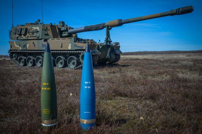 Den nye IM HE-ER-granaten og en treningsversjon (blå) foran ei K9-vogn. Finland er første bruker av ammunisjonen i det koreanskbygde artilleriet som også er en kandidat i Norge.