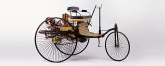 1885: Karl Benz tar patent på verdens første bensindrevne bil. Motoren er en ensylindret totaktsmotor på 3 hk. I 1888 tar Karl Benz sin familie med på en 180 km lang kjøretur i en forbedret versjon av bilen.