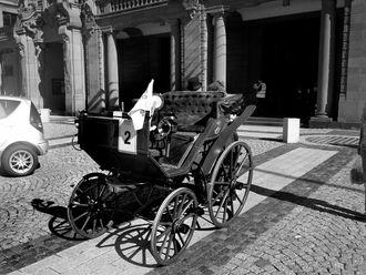 1888: Den første elektriske bilen blir utviklet av Andreas Flocken i Tyskland.