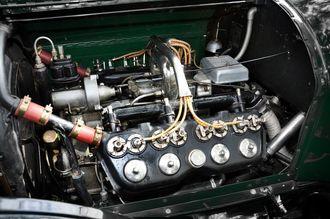 1914: Amerikanske Cadillac sender ut den første bilen på markedet med V8-motor. Den er vannavkjølt og yter 70 hk. Den amerikanske hæren kjøper 2000 eksemplarer.