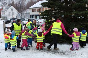 SÅ GÅR VI RUNDT...: Ikledde vinterdressar og refleksvestar gjekk borna og dei vaksne frå barnehagen i lag rundt treet tysdag morgon.