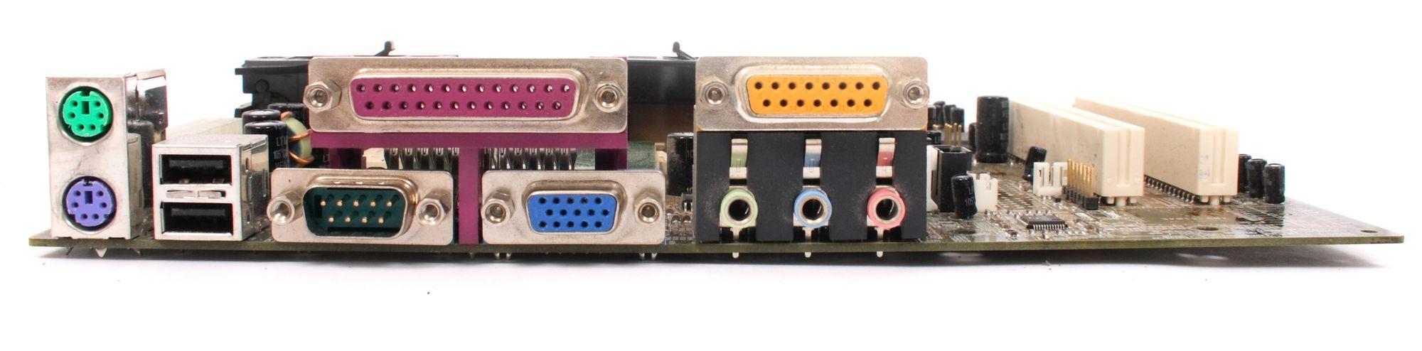 Dette gamle hovedkortet har riktignok et par USB-kontakter, men også de fleste av de nevnte, utdaterte grensesnittene.