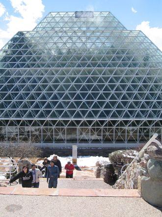 Anlegget står fortsatt ute i ørkenen i Arizona, og det er i dag mulig å dra dit på guidete turer.