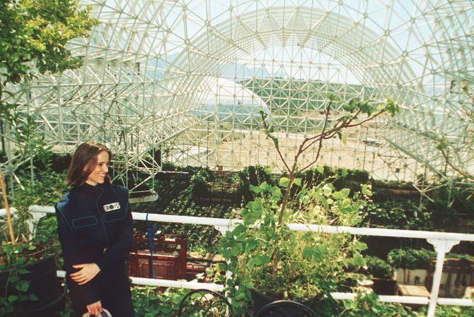 Abigail Alling står her på balkongen over landbruksområdet inne i Biosphere II i 1993.