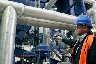 Lukket flukt:Teknisk direktør i Energigjenvinningsetaten i Oslo, Johnny Stuen, viser frem det enorme rørsystemet som leder avgassen fra forbrenningen inn til filtrene og prosessen som henter ut flyveasken.