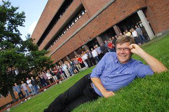 Prisvinner. Svein Stølen fikk UiOs formidlingspris i 2011 på vegne av de ansatte ved Kjemisk institutt (bak).