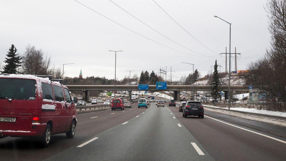 Forslag til nye bomringer. For E6 (OR12) fjernes dagens bomstasjoner i Ulvensplitten og Rv 190 Strømsveien. Disse erstattes av en ny bomstasjon på E6 øst for Smallvollveien som dekker begge kjøreretninger. Endret plassering har ingen trafikale konsekvenser.
