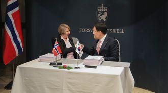 Direktør Mette Sørfonden i Forsvarsmateriell direktør Son Jae-il i Hanwha Land Systems signerte onsdag artillerikontrakten.
