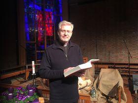 LESER FOR OSS: Sogneprest Dag Høyem leser juleevangeliet til glede for leserne av oavis.no!