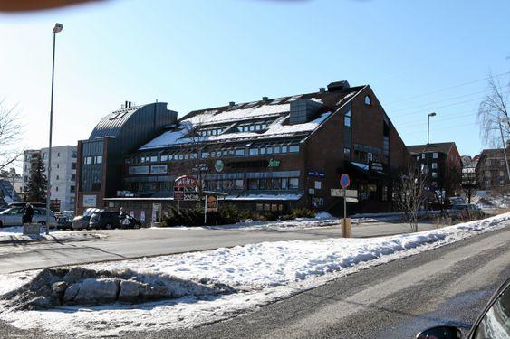 HER SELGES DET: Meny Greverud er et av utsalgsstedene for idrettslagets fyrverkeri.