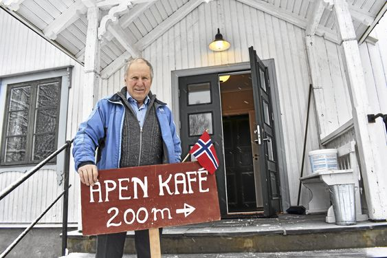 NÆRMERE ENN DU TROR: Det er ikke akkurat 200 meter til den inngangen der, men kafe-skilt måtte man ha! Frank Westgaard har dørene åpne når det er kafeens første åpningsdag, 7. januar 2018.