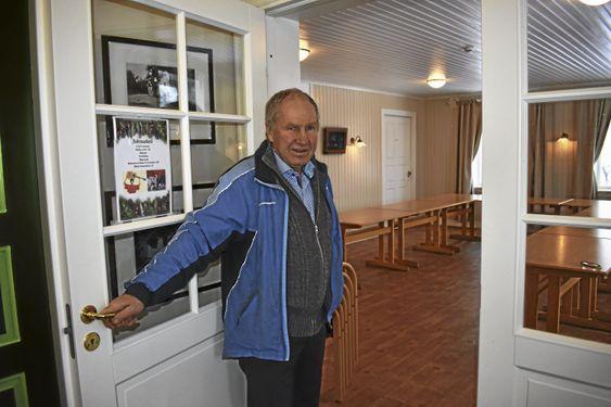 TRADISJON TRO: Det blir søndagskafé på Solheim grendehus på Svartskog i 2018 også! Dette er en ti år gammel tradisjon, og her viser Westgaard frem kafelokalet.