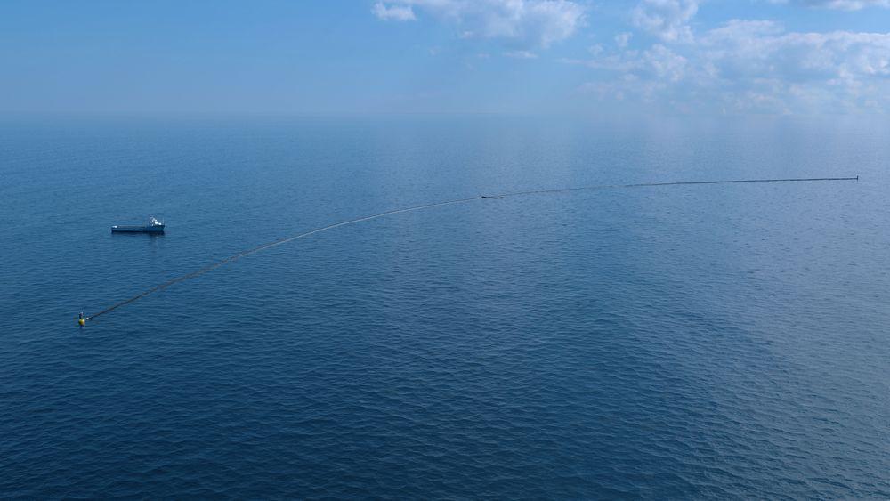 Omtrent slik vil det se ut når Ocean Cleanup sjøsetter det første plastoppsamlingssystemet i full skala Stillehavet i mai 2018.