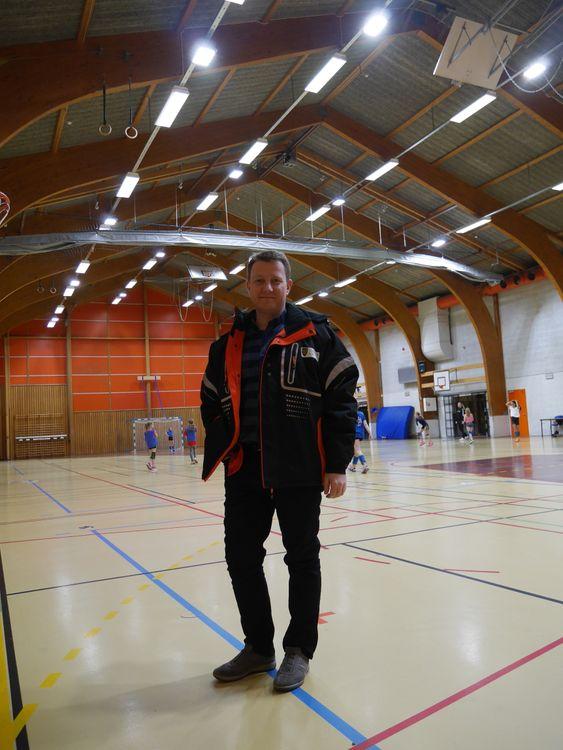 JOBBER KONTINUERLIG MED VEDLIKEHOLD: Hogne Handeland Haug er leder for drift og vedlikehold i Oppegård kommune. Han forteller at kommunen følger med på feil i Greverudhallen.