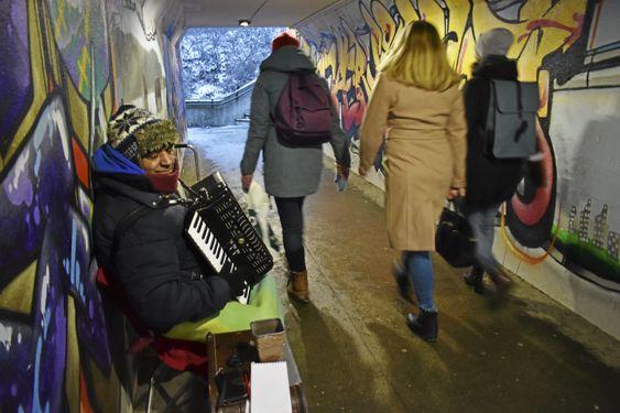 Alexandro Konstantín (58) er fra Romania og spiller trekkspiller i undergangen på Kolbotn - rett under toglinjene. Her har han vært i omtrent 5 år. Han har spilt trekkspill siden han var 7. Han har kone og fire barn hjemme i Romania, og er hjemme et par måneder av gangen når han først drar hjem. Han flyr og til og fra. På natten sover han ute på gaten i Oslo med en kompis.