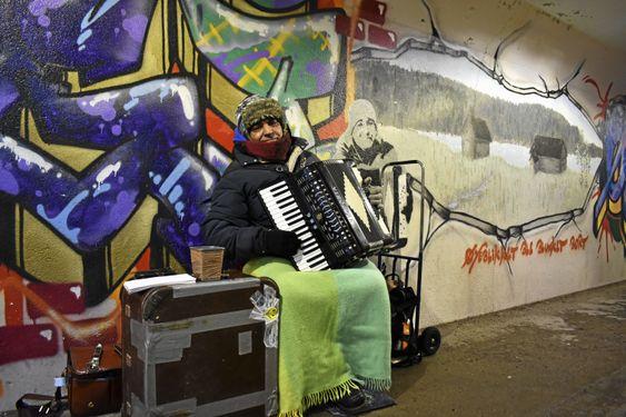 KUNSTNER: Bak ham har Oppegård Kulturskole dedikert sin kunst til ham: de har laget et grafitti-portrett av gatemusikanten.