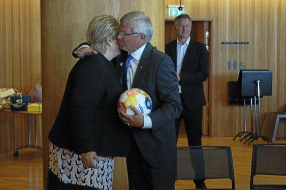 FOTBALLFRELST: Bondevik er en kjent fotballentusiast, og mottok i bursdagsgave en fotball med bærekraftsmålene fra statsminister Erna Solberg.