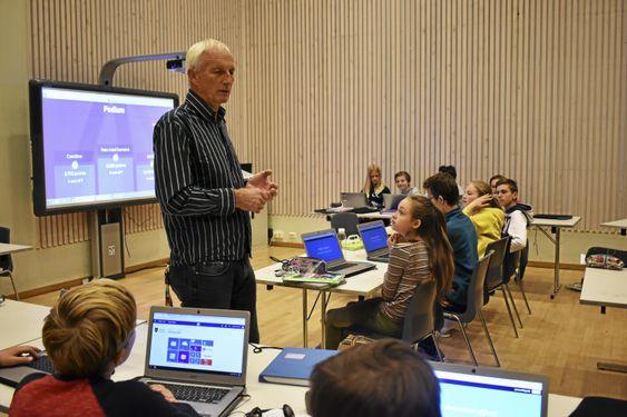UTVIKLING: Sand var her da de hadde en datamaskin på én ISDN-linje på begynnelsen av 90-tallet. Nå er mye av undervisningen digital. Han er også én av skolens to IT-konsulenter.