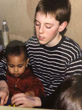 REBELL: Her er Nicholas med sin niese, Safia. Som barn var han sjenert, men... – Jeg var nok en ganske tung tenåring å ha i hus. Jeg var litt rebell!