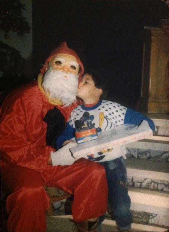 SYRISK NISSE: Her går han i førsteklasse i Syria, og gir julenissen et kyss for julegaven.