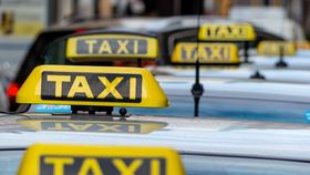 Uber må reguleres på samme måte som den vanlige taxinæringen, mener EU.