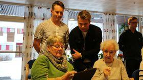 GJEV RETTLEIING: Alexander Nesse, t.v, og Sondre Andre Teigen veit svar når pensjonistane har digitale spørsmål. Det kan vera spørsmål om digital postkasse eller andre ting som det har vorte mest praktisk å gjera på verdsveven no til dags.